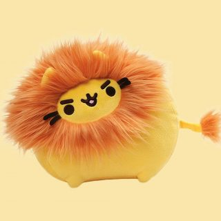 Queen kitty of the jungle, Pusheen is dressed up as a lion, with a fluffy orange mane and tail tip, this cuddly stuffed animals is from GUND's Pusheenimal plush collection.