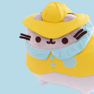 When it rains, it paws! GUND's favourite chubby grey cat wears an adorable yellow raincoat and hat. She's soft, cuddly, and ready to snuggle up for a rainy day!