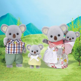 Meet the Outback Family from the Sylvanian Families collection. The koala family features Father Bruce, Mother Carissa, Sister Joey and Baby Addie. These miniature animal figures have articulated arms, legs and head and are made of plastic with a high quality thin fabric giving them a soft 'velveteen' surface. Perfect for child development during pretend play and story-telling.