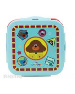 Duggee is surrounded by the cast of the show with Norrie, Roly, Betty, Tag and Happy on this fun lunch box container.